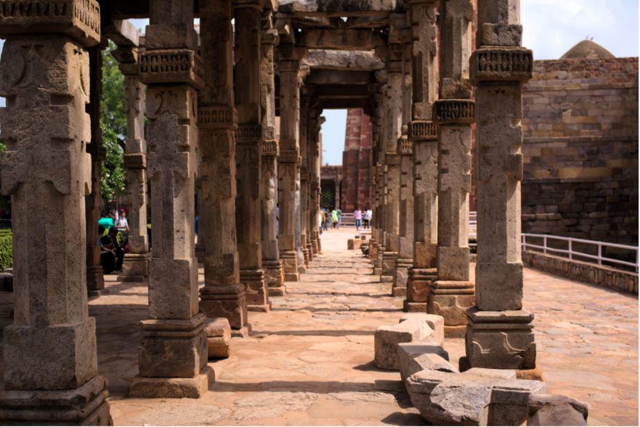 Qutub Minar Standing Tall On The Ruins Roba S World